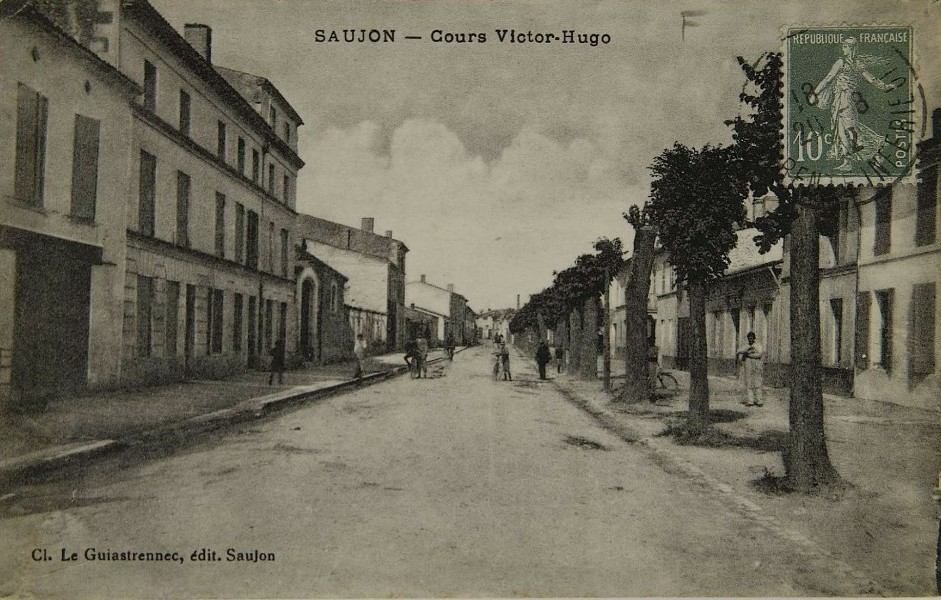 Carte postale ancienne de Saujon - Place Victor Hugo